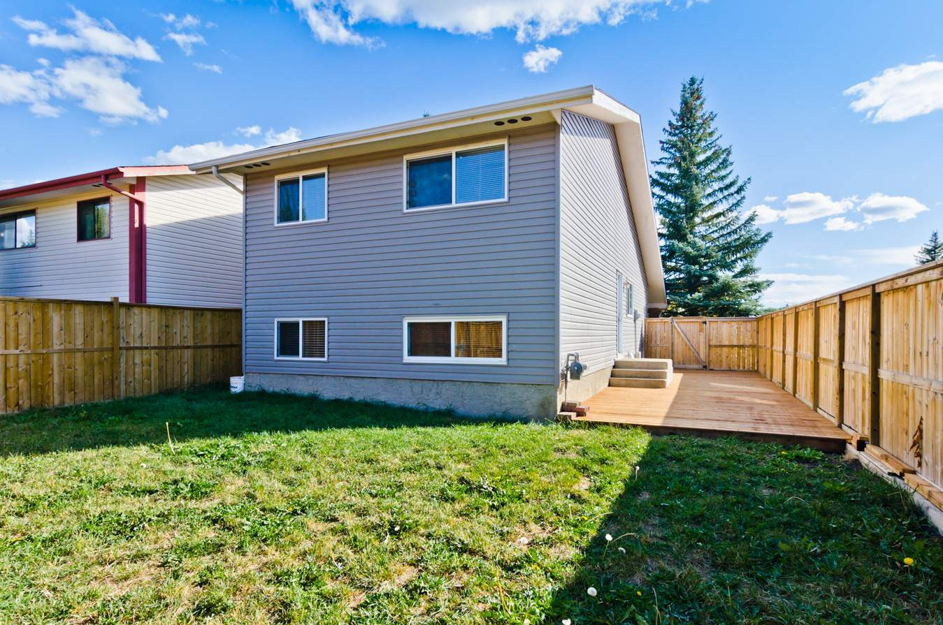 108  Woodglen Close Southwest in Calgary, AB