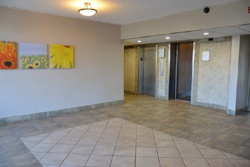 Apartment for rent at 33 Kennedy Rd S, Brampton, ON. This is the empty room with tile floor.