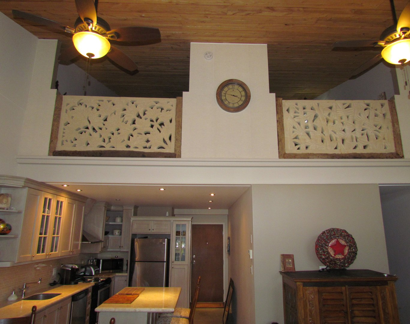 Apartment for rent at 8, Maple, Knowlton, QC. This is the kitchen with high ceiling, kitchen island, stainless steel and ceiling fan.