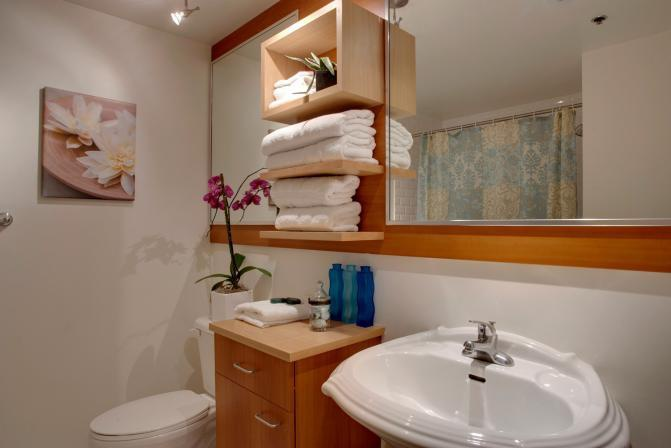 Mid-Rise-Apartment for rent at 1445 rue Stanley, Montréal, QC. This is the bathroom.
