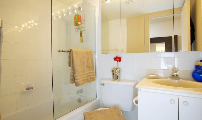 Mid-Rise-Apartment for rent at 3355, chemin Queen Mary, Montréal, QC. This is the bathroom.