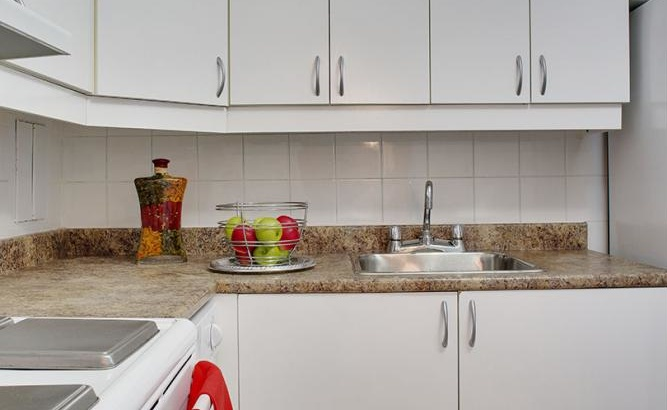 Mid-Rise-Apartment for rent at 3355, chemin Queen Mary, Montréal, QC. This is the kitchen.
