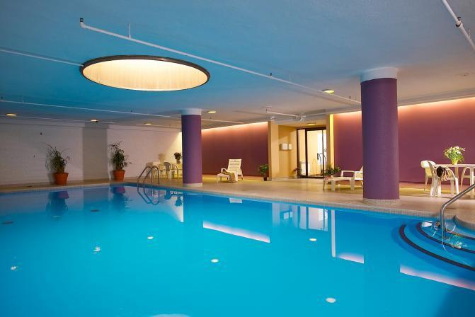 Mid-Rise-Apartment for rent at 3355, chemin Queen Mary, Montréal, QC. This is the pool with pool.