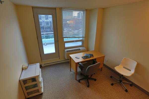 Condo for rent at 88 Rue Charlotte, Montréal, QC. This is the office with natural light and carpet.