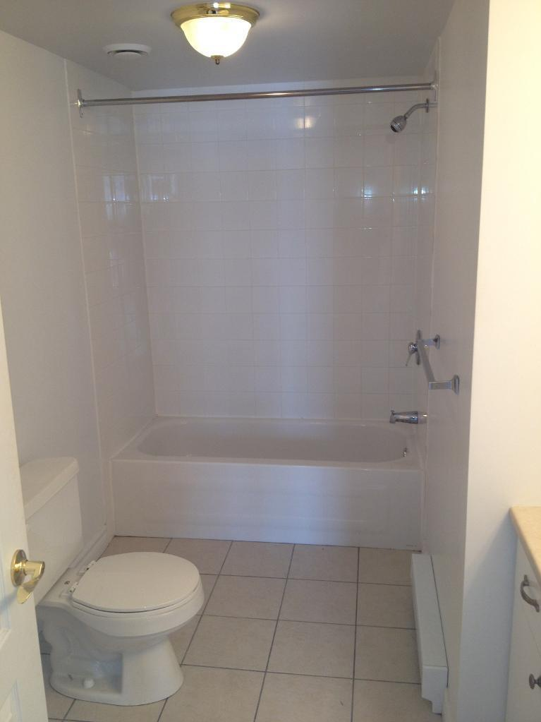 Apartment for rent at 1105-1126 boul., Québec City, QC. This is the bathroom with tile floor.