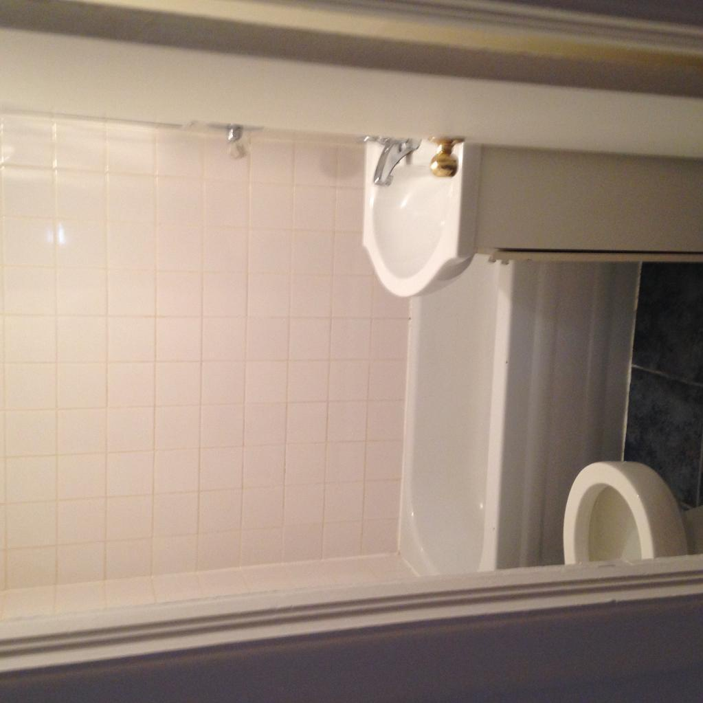 Apartment for rent at 2535 avenue de, Québec City, QC. This is the bathroom.