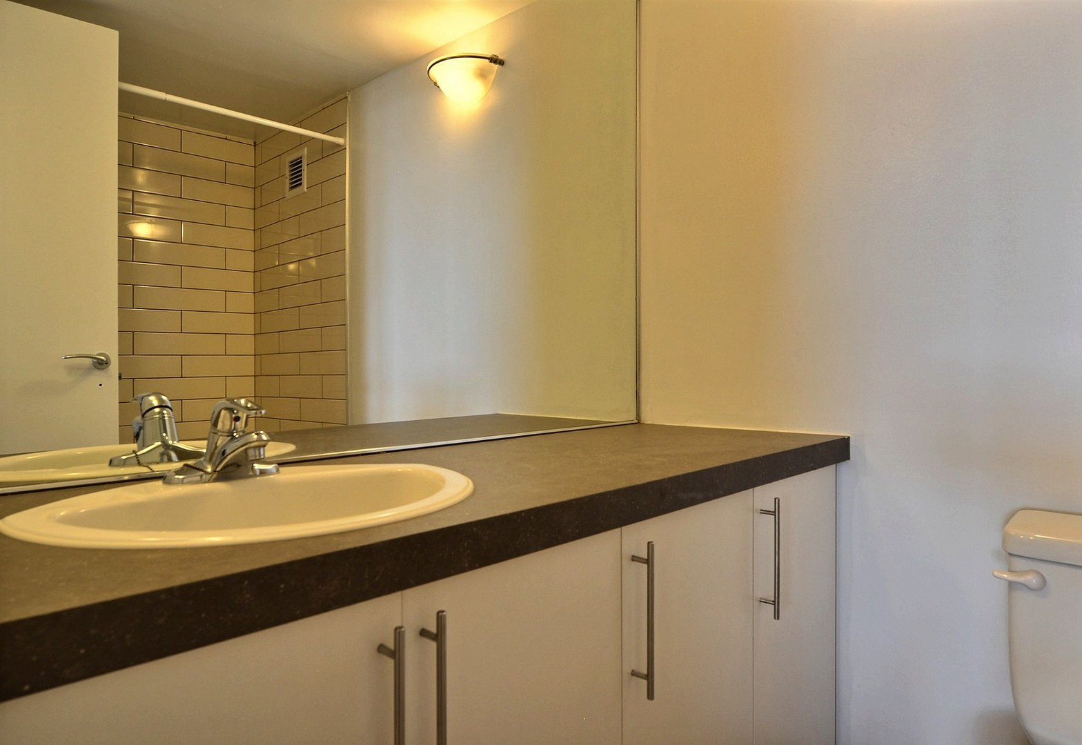 High-Rise Apartment for rent at 350 Chemin Sainte-Foy, bureau 1803, Québec City, QC. This is the bathroom.