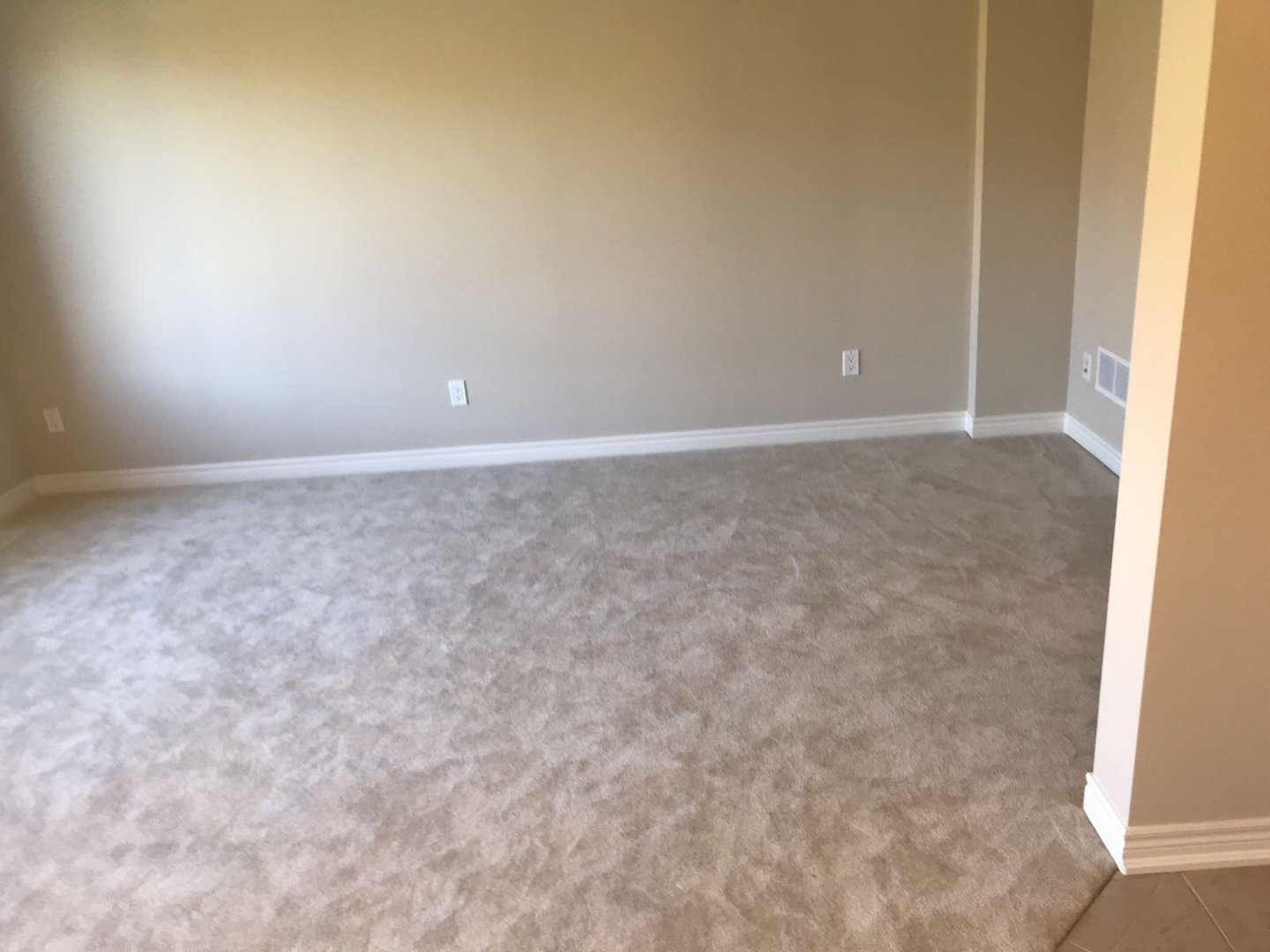 Apartment for rent at 285 Silverwood Ave, Welland, ON. This is the empty room with carpet.