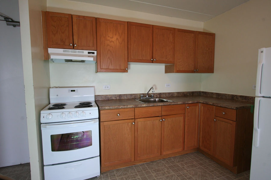 Bachelor for rent at 360 Cumberland Ave, Winnipeg, MB. This is the kitchen with tile floor, oven and refrigerator.